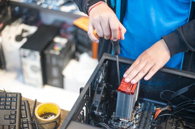 o-tecnico-segura-a-chave-de-fenda-para-consertar-o-computador_35048-640